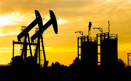 torres petroleras: Viga de aceite, unidad de bombeo y la silueta de gas