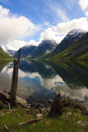 Fjord Norwegens mit schneebedeckten Gipfeln