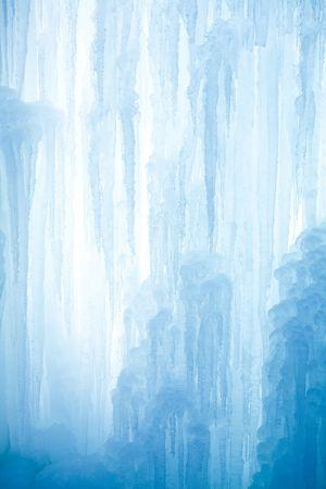 Ein gefrorenen Wasserfall mit Eis in eine blaue und weiße Farbe im winter Standard-Bild - 5918806