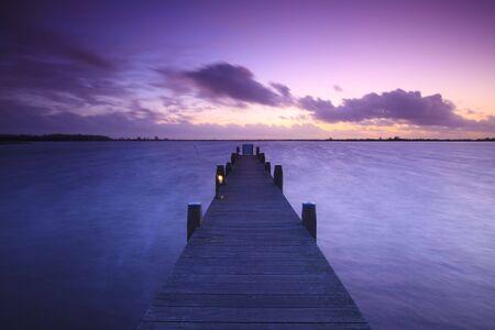 Ein ruhiger Sonnenuntergang über einem See in den Niederlanden  Standard-Bild - 5932816