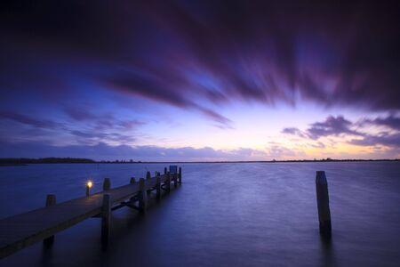 Ein ruhiger Sonnenuntergang über einem See in den Niederlanden