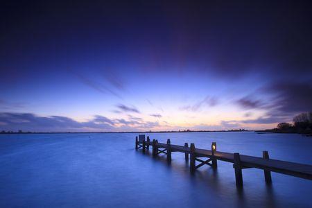 Einen ruhigen Sonnenuntergang über einen See in den Niederlanden Standard-Bild - 5932813