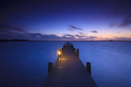 Ein ruhiger Sonnenuntergang über einem See in den Niederlanden  Standard-Bild - 5932805