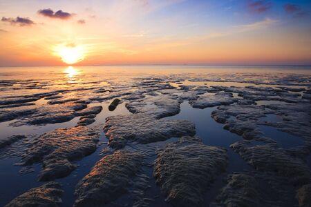 Schöne ruhige Sonnenuntergang über den Ozean