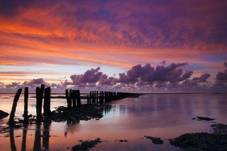 Romantisch und dramatische red Sonnenuntergang über dem Meer Westfriesischen in den Niederlanden