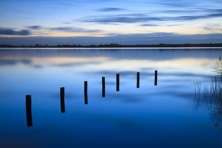 Ruhige Sonnenaufgang über einen See mit Wolken Reflexion im Wasser Standard-Bild - 6017691