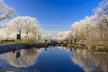 Eine klassische Winterlandschaft an einem schönen Tag in Holland