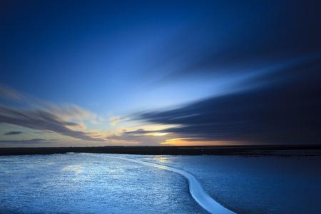 cielos abiertos: Puesta de sol en la playa Foto de archivo