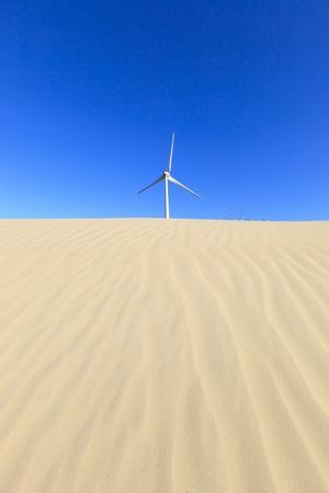 Windkraftanlagen in der Wüste mit Sanddünen