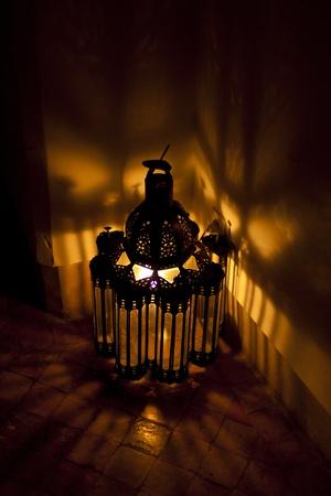 Hell Arabian Laterne in einem dunklen Raum Standard-Bild