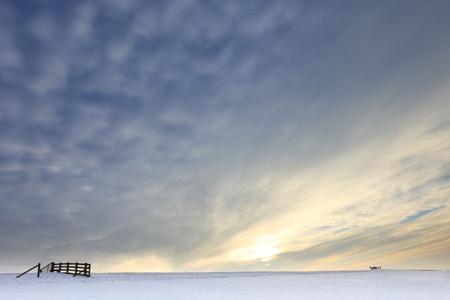 Landschaft mit Schnee im Winter bei Sonnenuntergang