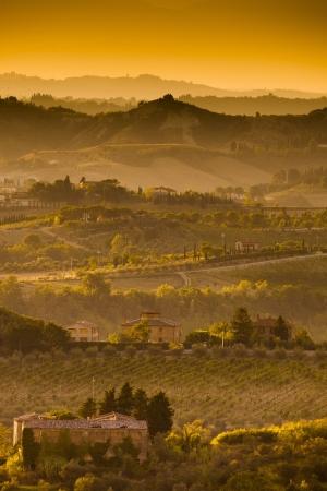 Landschaft in der Toskana bei Sonnenuntergang im Sommer Standard-Bild - 13874981