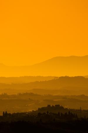 Landschaft in der Toskana bei Sonnenuntergang im Sommer Standard-Bild - 13874921