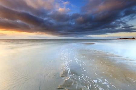 Schöner Strand Sonnenuntergang Standard-Bild