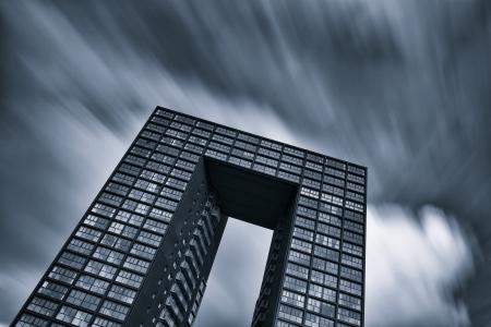 Bürogebäude in schwarz und weiß mit schönen Himmel Standard-Bild