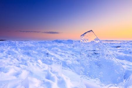 Schelfeis im Winter mit einem wunderschönen Sonnenuntergang Standard-Bild - 13874943