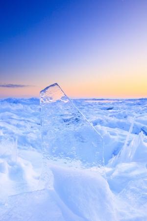 빙산: 아름다운 일몰과 함께 겨울 선반 얼음 스톡 사진