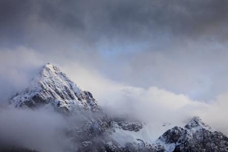 Berge mit Schnee und Gewitterwolken Standard-Bild