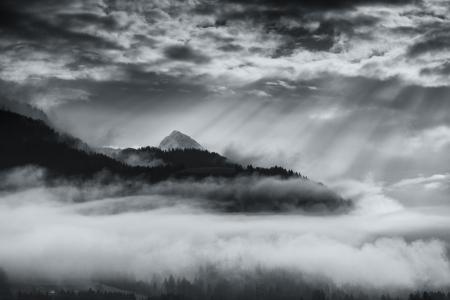 Berge mit Schnee und Sturm Wolken in schwarz und weiß