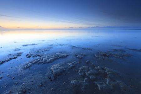 Calm Sonnenuntergang am Strand bei Ebbe Standard-Bild