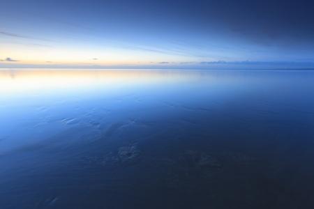 Ruhig Sonnenuntergang am Strand bei Ebbe