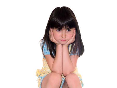 fille triste: Belle fille assise assez tristes isol�es sur blanc