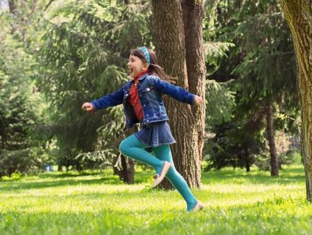 ni�o corriendo: Feliz ni�a en el prado de verano Foto de archivo