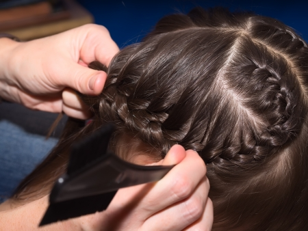 Weave girls braids in hair salon Imagens