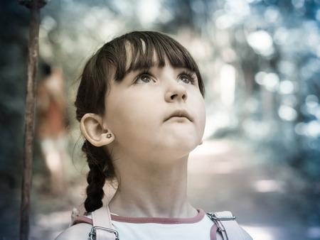 scared child: Chica Ni�o asustado caminar en la junge salvaje