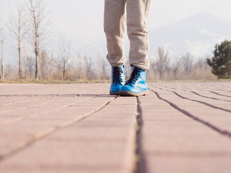 niños caminando: Botas de niña de niño caminando en el parque de la primavera