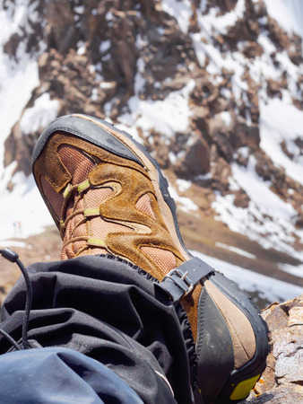 Boot of climber sportsmen hiking to the mountain peak Imagens