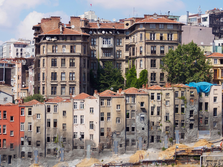 View of old narrow houses in Istanbul city Imagens