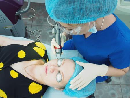 若いアジア医師女性患者皮膚ふじょう美容医学を加えます。