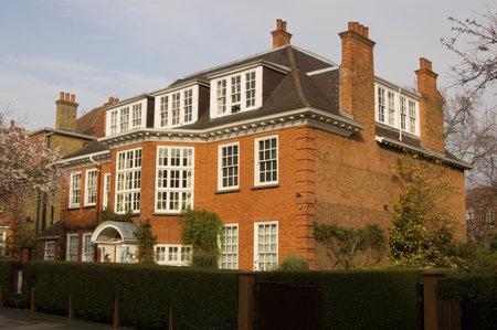 Ehemaliges Wohnhaus des berühmten Psychoanalytiker Sigmund Freud (1856 - 1939) und seiner Tochter Anna (1895 - 1982). Heute ein Museum in Hampstead im Norden Londons. Standard-Bild - 14242359
