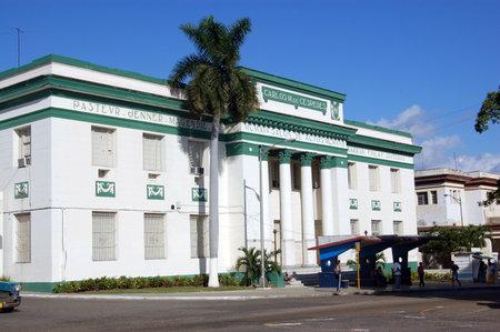 Die Medizinische Fakultät an der Universität Havanna, Kuba Es sa Bushaltestelle finden Sie direkt vor dem Gebäude Standard-Bild - 14296383