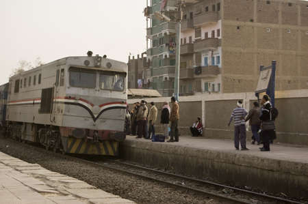 increasingly: EL Balyana, Sohag, Egitto - 8 gennaio: Passeggeri in attesa per l'arrivo del treno al Cairo l'8 gennaio 2012. Il servizio fornisce vecchia ferrovia trasporto di capitale importanza, ma � sempre pi� inaffidabile a causa di problemi di finanziamento.