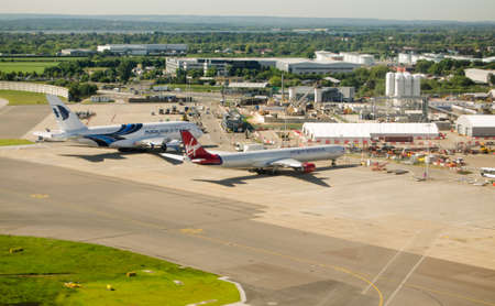 LONDON, ENGLAND - JUNE 4 Ansicht aus der Luft von London Heathrow Airport s am 4. Juni 2013 Ausbau des Flughafens ist eine politische Kontroverse Standard-Bild - 20684059