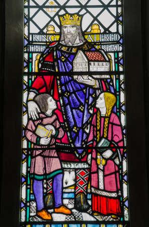 winchester: Historic vetrata nella chiesa di San Bartolomeo s in Winchester, Hampshire commemora il grande re inglese Alfred - fondatore di Scuole Cristiane e la Royal Navy Memorial esposti al pubblico pi� di 65 anni Archivio Fotografico