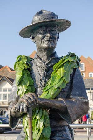 Conmemorativo estatua de Lord Baden Powell, fundador de los Boy Scouts en la exhibición pública con vistas al muelle de Poole, Dorset Foto de archivo - 22073956