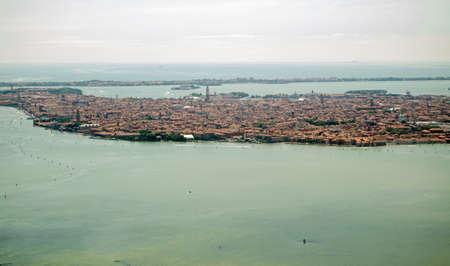 st  mark s: Vista da un aereo facendo il suo approccio a Aeroporto Marco Polo della citt� principale di Venezia, Italia Cattedrale Nota San Marco s verso il centro e non solo, l'isola Lido