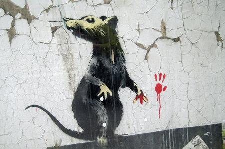 London, England - 17. Mai 2014 Eine Ratte, auf frischer Tat ertappt Detail von einem Stück von Graffiti-Kunst von Banksy gemalt auf einer Straße im Zentrum von London Standard-Bild - 29696647