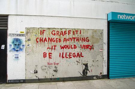 ロンドン、イギリス - 2014 年 5 月 17 日、イギリス人アーティスト、バンクシーのいくつかの面白い落書きはウェストミン スター舗装から見た中央ロ