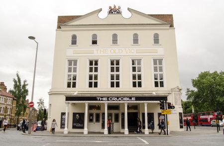 crisol: LONDRES, Reino Unido 16 de junio 2014 Fachada del hist�rico teatro Old Vic en Lambeth, al sur de Londres El teatro est� mostrando una producci�n de gran prestigio de Las brujas de Salem de Arthur Miller Editorial