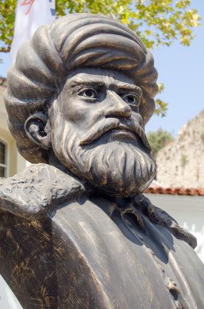 Buste en bronze du célèbre chef militaire turque Khayr ad-Din Barberousse (c1483 - 1546). Amiral de la flotte et Pacha, il était responsable de nombreuses victoires navales ottomanes. Monument public donnant sur le port à Antalya, en Turquie. Banque d'images - 36544830