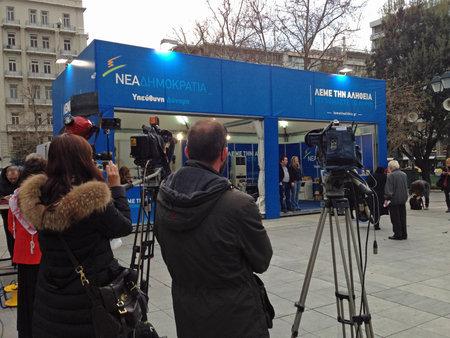 syntagma: ATENE, GRECIA - 25 GENNAIO 2015: I giornalisti e troupe televisive in attesa accanto al supporto del partito politico Nuova Democrazia sconfitto il giorno dopo essere stati cacciati dal potere nelle elezioni greche. Piazza Syntagma, Atene. Editoriali
