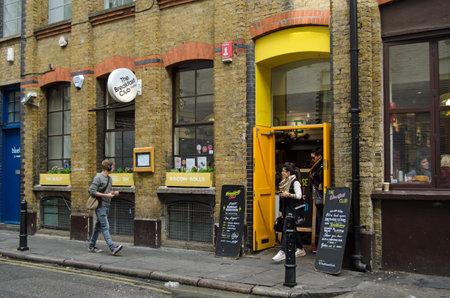 London, Großbritannien - 30. August 2014: Diners Verlassen des trendy Breakfast Club Cafe in Hoxton, London. Das Restaurant ist mit lokalen Hipster und trendy Touristen. Standard-Bild - 37021044