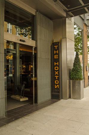 boutique hotel: LONDRES, Reino Unido - 30 de agosto 2014: Entrada al hotel boutique de moda El Hoxton en una zona elegante de Hackney en Londres  Editorial
