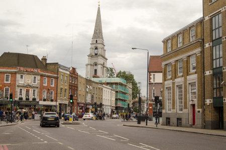 semaforo peatonal: LONDRES, Reino Unido - 30 de agosto 2014: el tr�fico de fin de semana y los peatones en la principal calle comercial en el centro de Shoreditch, en el East End de Londres.