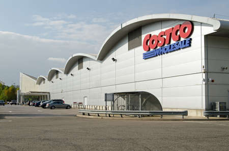 berkshire: READING, UK - SEPTEMBER 14, 2014:  Exterior view of the Costco warehouse shop in Reading, Berkshire.  One of several branches of the wholesale retailer in the UK. Editorial