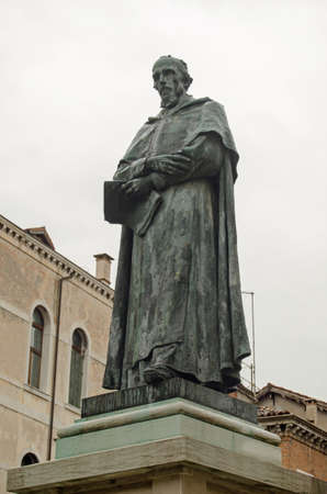 a war historian: Public monument statue of the Venetian statesman Paolo Sarpi 1552  1623 on display in a Campo square in Cannaregio Venice.  The historian and scientist was a hero of the Venetian Republic during its war with Austria. Editorial